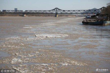 1月11日,济南,在黄河山东济南泺口浮桥段,出现今冬首次淌凌现象。