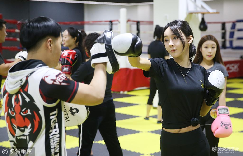 青岛:作家女白领业余时间齐聚武馆 训练搏击散打术