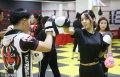 1月13日,青岛某武馆,众多靓丽美女在这里进行训练搏击散打术。教练曹安铭介绍,这些姑娘平时都是公司白领和美女作家,利用业余时间来训练,不仅强身健体还可以学到防身技能保护自己。何海儿/视觉中国