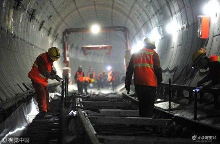 2018年1月17日,济南。沿着王府庄站继续往西500米左右,就到了中铁四局R1线轨道安装二标段的铺轨基地,工人正在组装轨排。