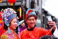 2018年2月19日,两名演员在山东省潍坊市青州古城景区玩自拍。春节期间,山东省潍坊市青州古城景区内,人们扶老携幼,赏民俗、逛庙会,一张张脸庞洋溢着灿烂的笑容。