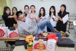 作为班里唯一男生被宠爱是什么感觉?日前浙江某高校大学生,生日之际全班女生为班里唯一的男生准备了20份生日礼物。