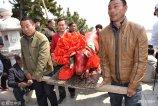 2018年4月19日,山东威海,渔民在山东省荣成市人和镇院夼村龙王庙举行祭海仪式。
