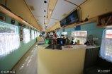 """2018年7月10日,在重庆一景区内现最文艺咖啡店,游客喝咖啡需要""""赶火车"""",一派文艺场面成为景区的独特景观。"""