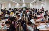 2018年7月10日,济南,记者来到山东省图书馆了解到,一楼的自修室个个爆满,甚至有的学生早上7点半就来排队等待省图书馆开门。
