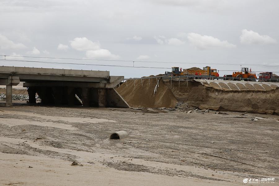 2019年7月7日报道,甘肃敦煌。甘肃多地出现强降水天气。受暴雨影响,敦煌莫高窟窟区积水增多,窟前大泉河发生山洪,致使进入窟区的唯一道路中断。