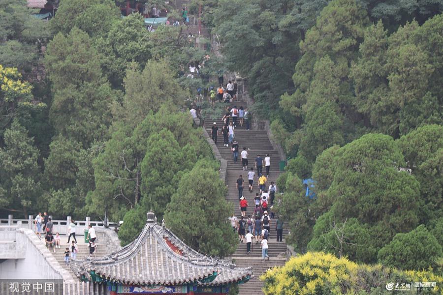 2019年8月3日,山东泰安,伴随暑期来临,泰山旅游迎来一年一度的旺季,游客中多见学生及家长的身影。