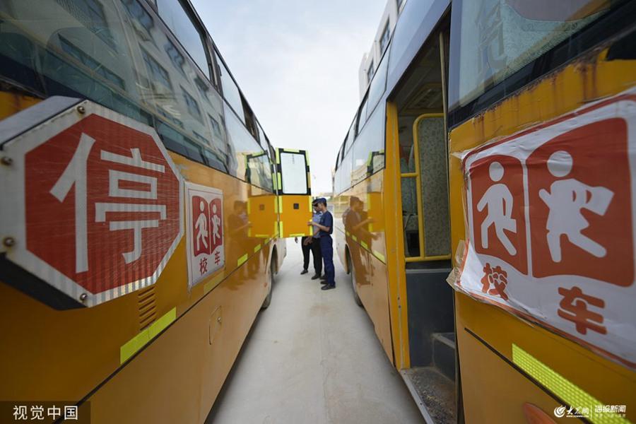 2019年8月20日,在山东省聊城市茌平区冯官屯镇中心小学,公安、消防人员在排查校车安全隐患情况。