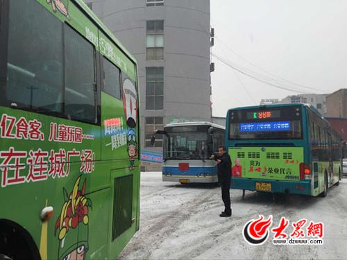 由于81路公交车的加油点换至k96路公交始发站内,车辆显得特别拥