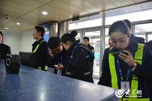 给旅客发放矿泉水。  机务维修人员引飞机停入机坪。  青岛机场保障上千名航班延误旅客。   大众网青岛1月4日讯(记者 蒋甜)1月2日-4日,青岛机场持续大雾,这是进入2017年后青岛机场遭遇的第一场强雾霾天气,青岛机场航班延误及取消共计300余班,航班补班82班,上千名旅客出行受到严重影响,补班数量再创历史新高。青岛机场各保障部门上下全力以赴,全力保障旅客安全顺利出行。   早在雾霾天气爆发前,青岛机场地服公司就通过对天气的预判,提前准备,随时待命。2日上午,青岛机场雾霾持续加重,天气已达不到航班起降