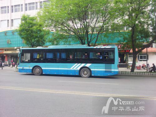泰安公交车几点�z/i_泰安:公交车意外爆胎女司机冷静处置 乘客安全转移