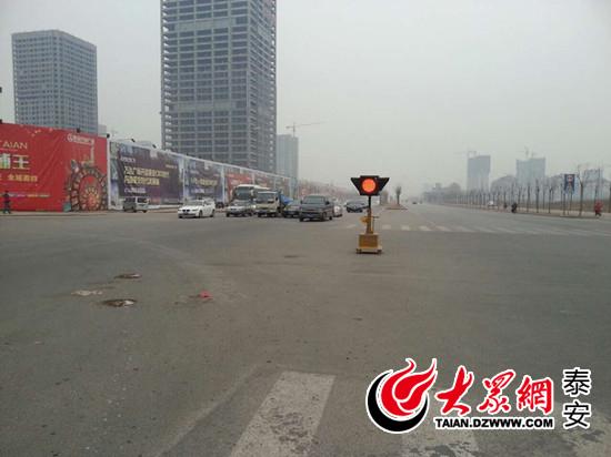 灵山大街_新灵山大街万达路口安装的可移动信号灯.