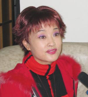 昨天下午,一头红色齐耳短发,一身火红休闲装的刘晓庆在男友阿峰的图片