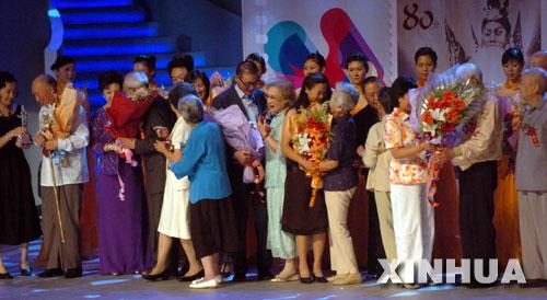8月28日,在华表奖颁奖典礼上,80岁以上的老演员嘉宾上台庆贺中国