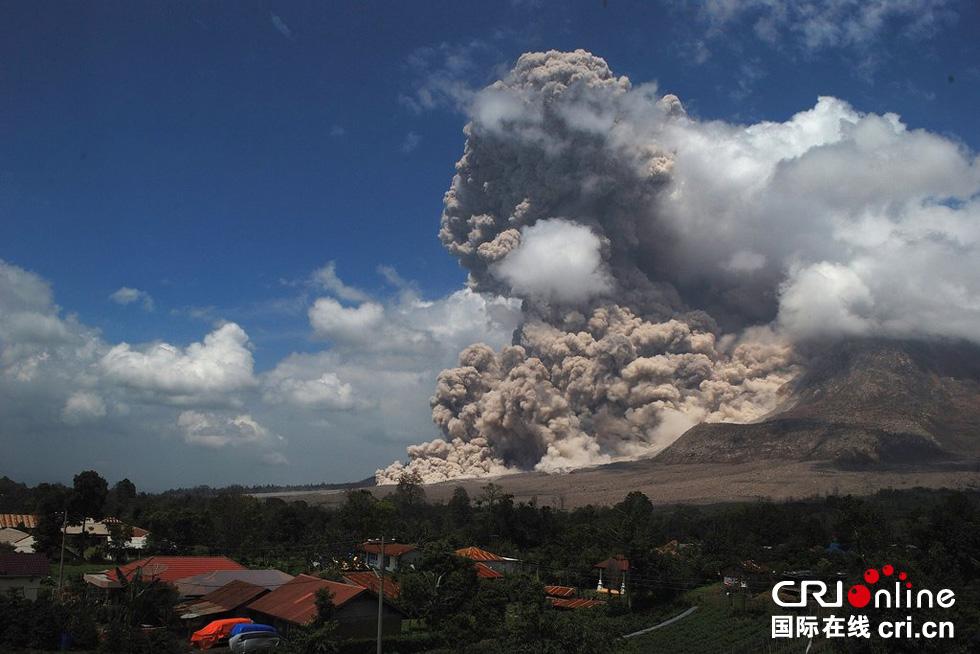 锡纳朋火山持续喷发 火山灰升空宛如蘑菇云