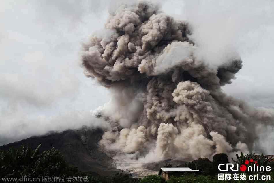 印尼锡纳朋火山持续喷发 火山灰冲天如蘑菇云