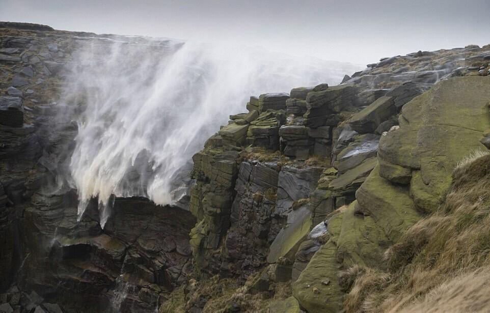 飓风席卷英国 强风竟致瀑布倒流