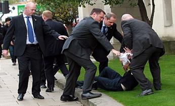 英国首相卡梅伦遭陌生男子当街猛推