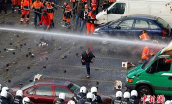 比利时11万人示威游行引发骚乱