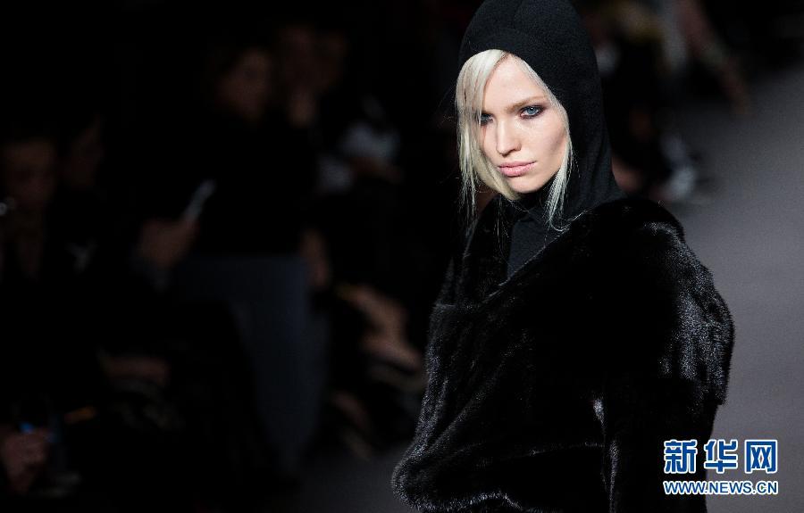 2月17日,模特在英国伦敦时装周上展示Tom Ford 2014秋冬女装。