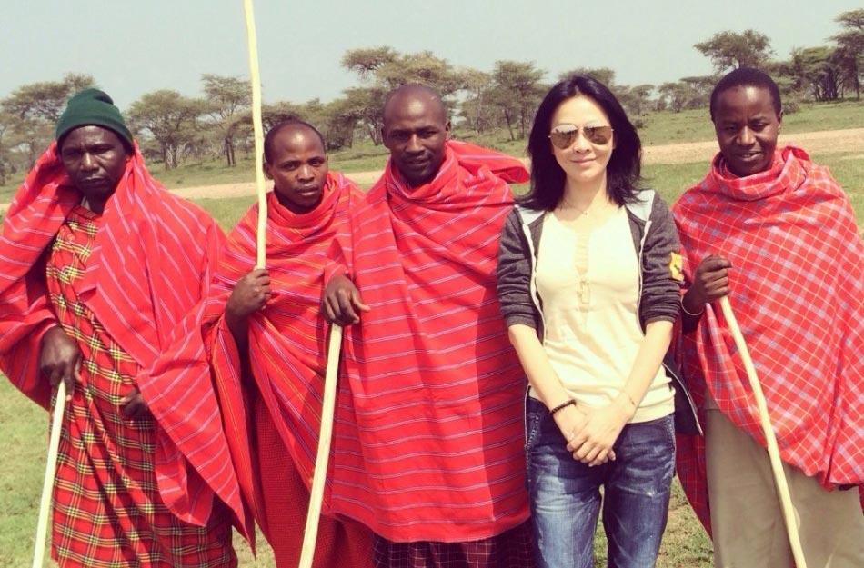 2月23日,刘嘉玲在微博上晒出游非洲野生动物园的照片,照片中刘嘉玲衣着休闲墨镜遮面,与狮子、豹、大象等近距离接触,十分胆大。