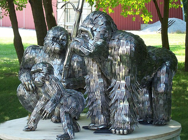 美艺术家用餐具打造精美动物雕像