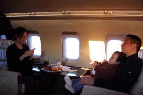 近日,有网友曝光了一张赵薇与老公带着女儿小四月出游的照片,照片中赵薇一家人坐在一架飞机中,疑似是赵薇家的私人飞机,黄有龙抱着女儿小四月,场景温馨。