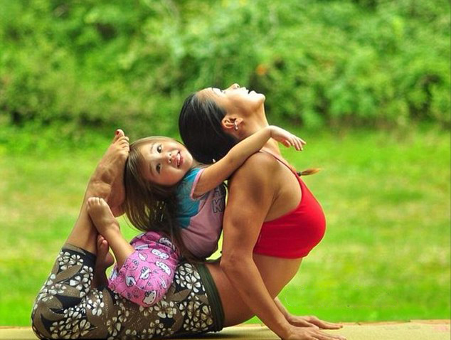 美国辣妈与女儿同练瑜伽温馨照片引追捧
