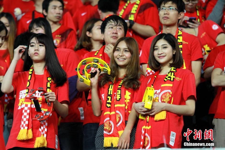 2014亚冠联赛小组赛展开第3轮较量,广州恒大主场对阵韩国球队全北现代,最终广州恒大以3比1战胜对手。一众美女球迷靓爆赛场,看台欢呼呐喊为广州助威。