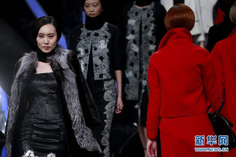 3月24日,模特在开幕大秀上展示玖姿女装品牌设计师刘明设计的时装。