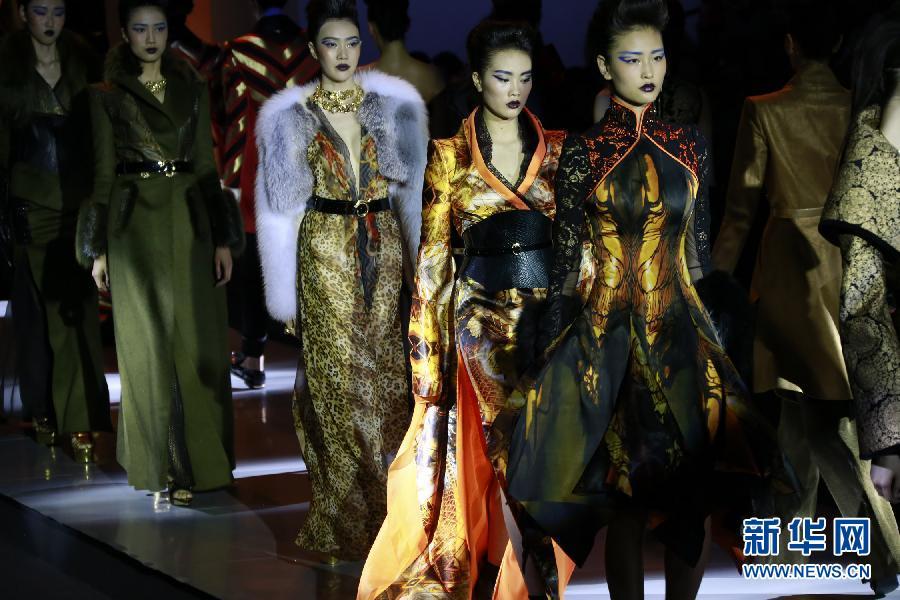 """3月25日,模特在北京举行的中国时装周""""祈刚时装发布会""""上,展示著名时装设计师祈刚的作品。   新华社记者 李明放 摄"""
