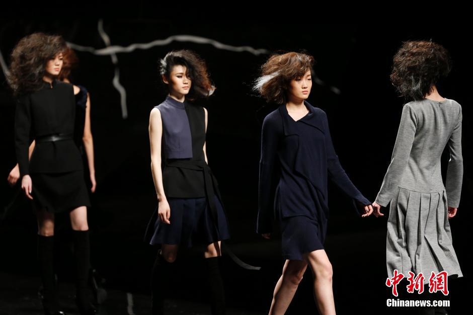 3月29日,模特在中国国际时装周(2014/2015秋冬系列)T台上展示潘怡良设计的时装。