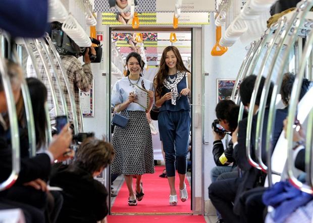 """据日本《产经新闻》4月14日报道,日本铁路京王线(连接东京市和八王子市)14日举办了一场别开生面的""""车内时装秀"""",为即将开业的新车站大楼预热。"""
