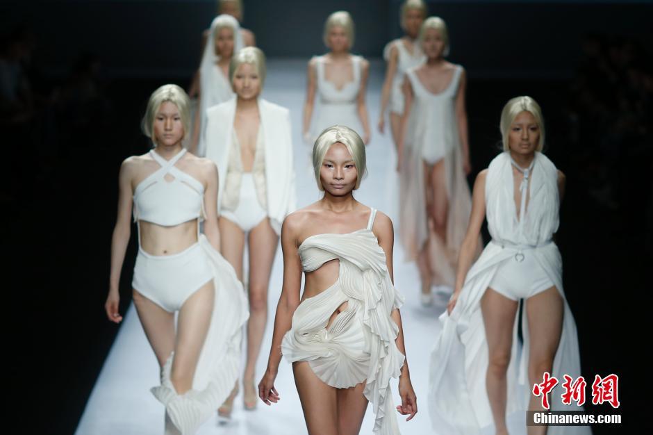4月25日,模特在T台上展示法国ESMOD高级时装艺术学院(北京)毕业生设计的的时装。
