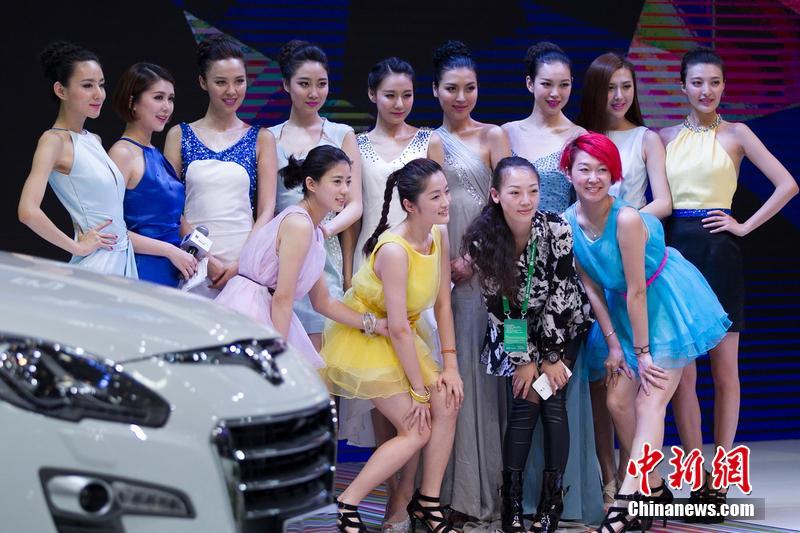 北京车展圆满落幕 众车模合影不忘比美场面壮观