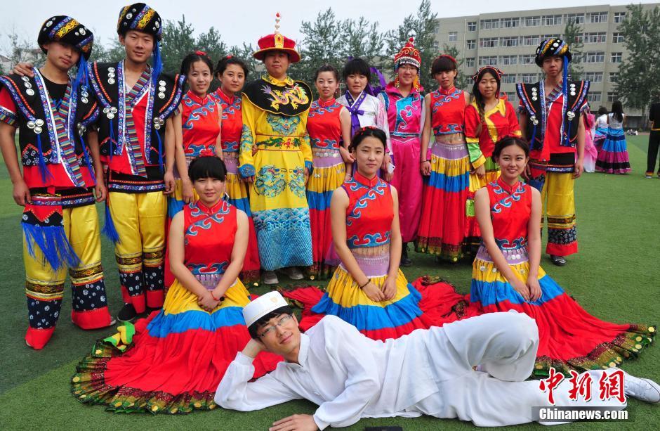 5月8日下午,在河北师范大学附属民族学院,蒙古族、藏族、苗族、彝族、满族等14个少数民族的百余名学生,身着本族特色服装,佩戴独具民族特色饰品,展示各自特有的风采。