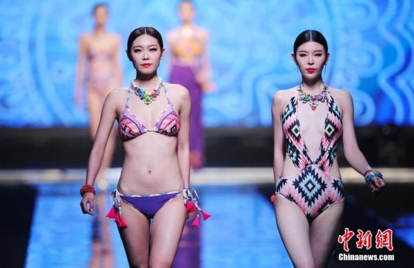 5月10日,在2014SIUF中国(深圳)国际内衣展览会上,超模上演诱惑内衣秀。