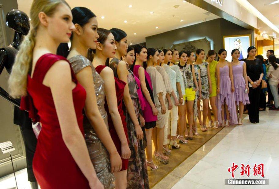 """5月17日晚,以""""跨界的魅力""""为主题的夏季时装周活动在武汉武商广场举行。"""