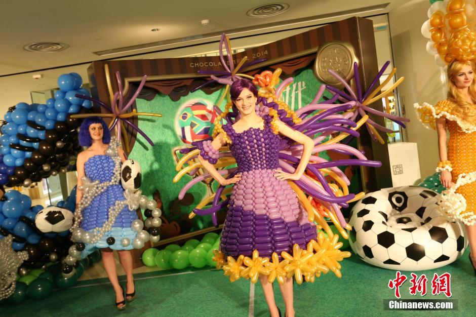 """5月18日,重庆时代广场内模特穿着""""气球服装""""为市民展示。"""