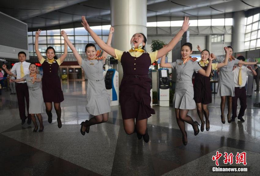 5月20日,山西太原武宿机场,海航空乘人员在航站楼内上演激情快闪舞,吸引了众多旅客围观。