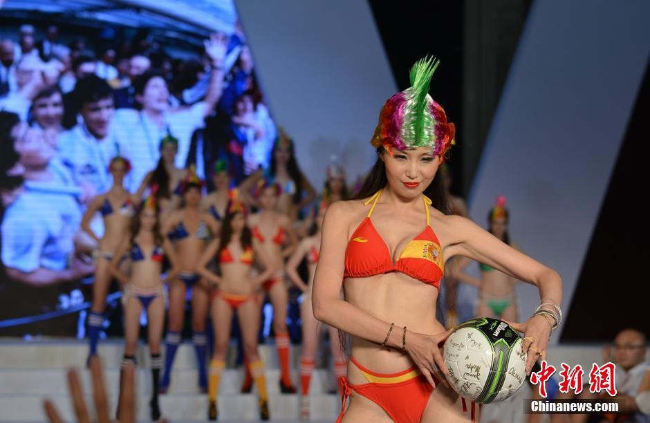 5月21日晚,2014世界超级模特大赛全球总决赛颁奖盛典在成都举行,来自乌克兰的参赛佳丽Yuliaz获得冠军,中国佳丽胡樵获亚军,法国佳丽Lila获得季军,捷克佳丽Karolina获得最佳上镜奖奖。