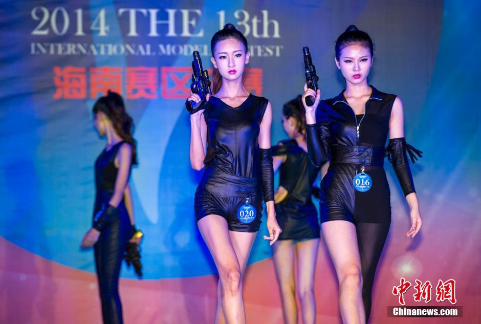 """参赛选手在休闲装展示环节身着特工造型服装演绎""""美女特工""""。骆云飞 摄.jpg"""