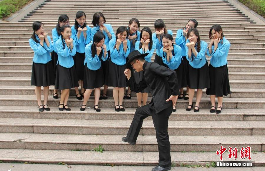 又是一年毕业季,近日,江西理工大学的毕业生们在校园里拍摄个性毕业照留念,为大学时代留下美好回忆。