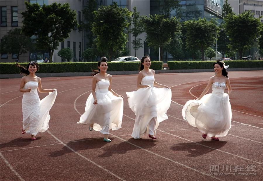穿上婚纱奔跑在操场上