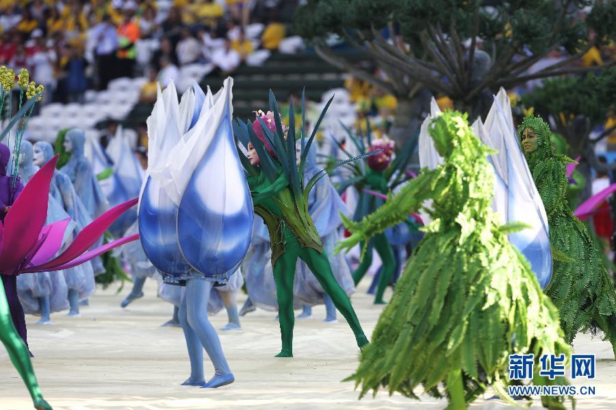 第20届国际足联世界杯足球赛开幕式文艺演出当地时间12日下午在巴西圣保罗市伊塔盖拉球场举行,东道国巴西将其多元文化展示给全球观众。这一天恰恰是巴西的情人节,足球和巴西的热恋达到了最炙热的程度。