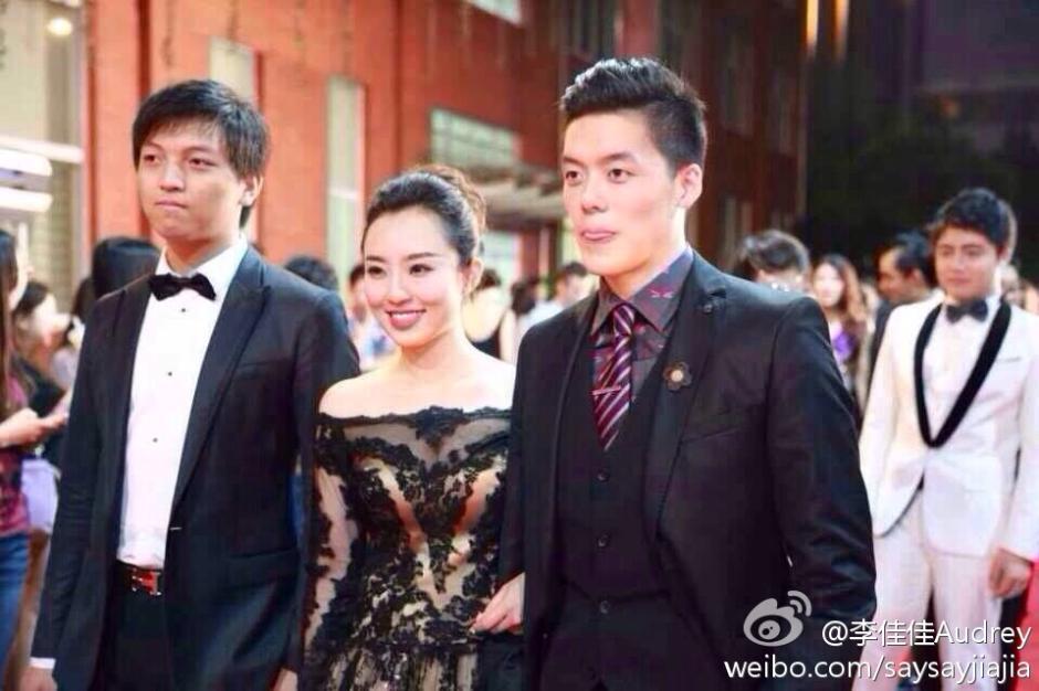 """6月24日晚,复旦新闻学院举行毕业红毯秀,网友纷纷点赞""""高端大气堪比电影节""""。"""