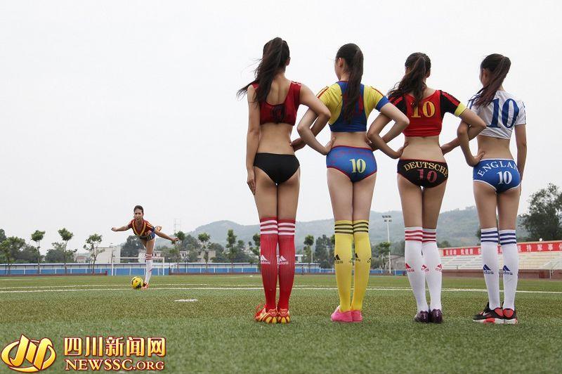 """来自四川西南航空职业学院的""""女神""""们也曝出一组足球宝贝写真,欲叫板北舞校花,挑战桑巴足球宝贝。"""