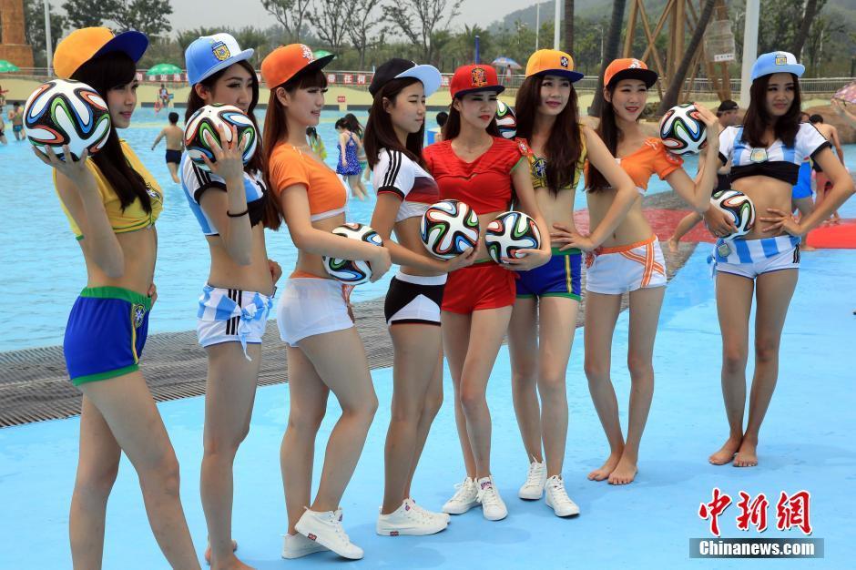 """6月29日,足球宝贝和巴西桑巴舞在上海玛雅海滩水公园活力上演,奔放的表演与惊险刺激的水上游乐项目双重搭档,呈现了别样的水上""""世界杯""""。"""