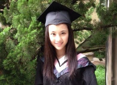 """近日,新""""谋女郎""""张慧雯出现在北京舞蹈学院,参加了北京舞蹈学院2014年的本科生、研究生的毕业典礼。"""