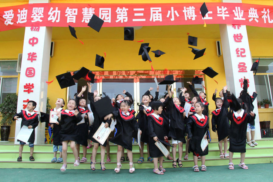 小朋友们身着博士服庆祝毕业。